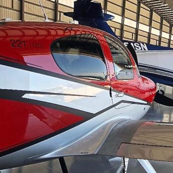 Aeroplano in hangar