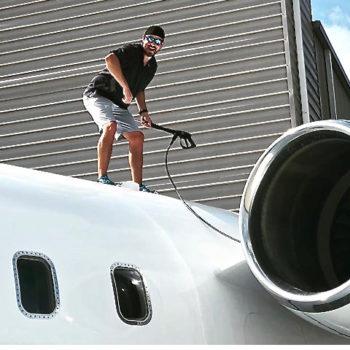Ragazzo sopra aereo